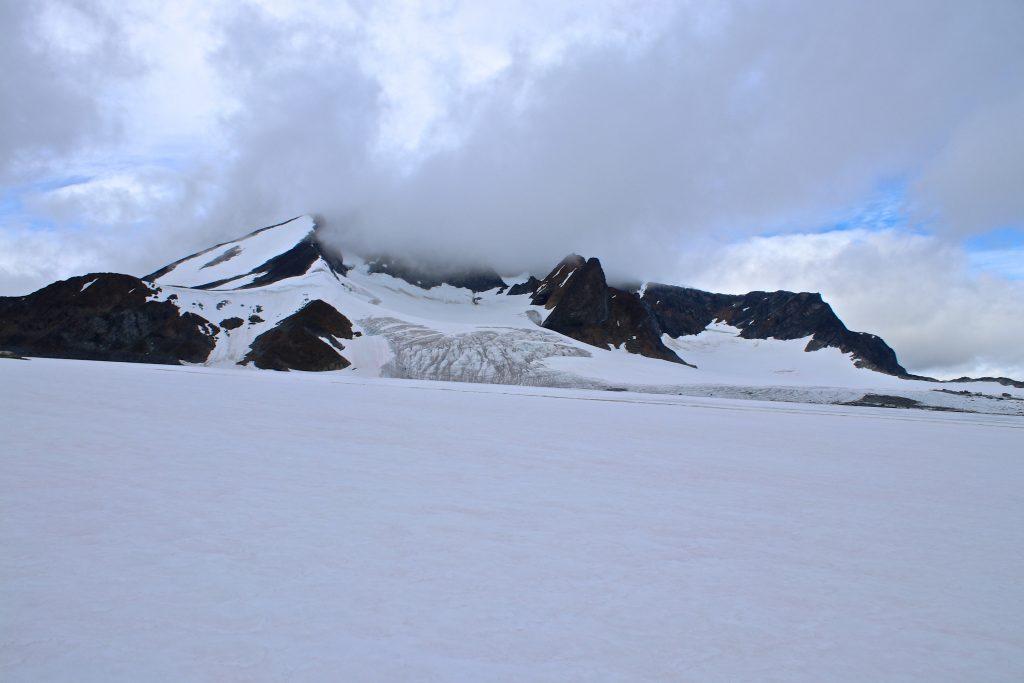 Leirhøe (2.330 moh) og Veobreahesten (2.185 moh) sett fra Veobrean ved foten av Veobreatinden (2.183 moh).