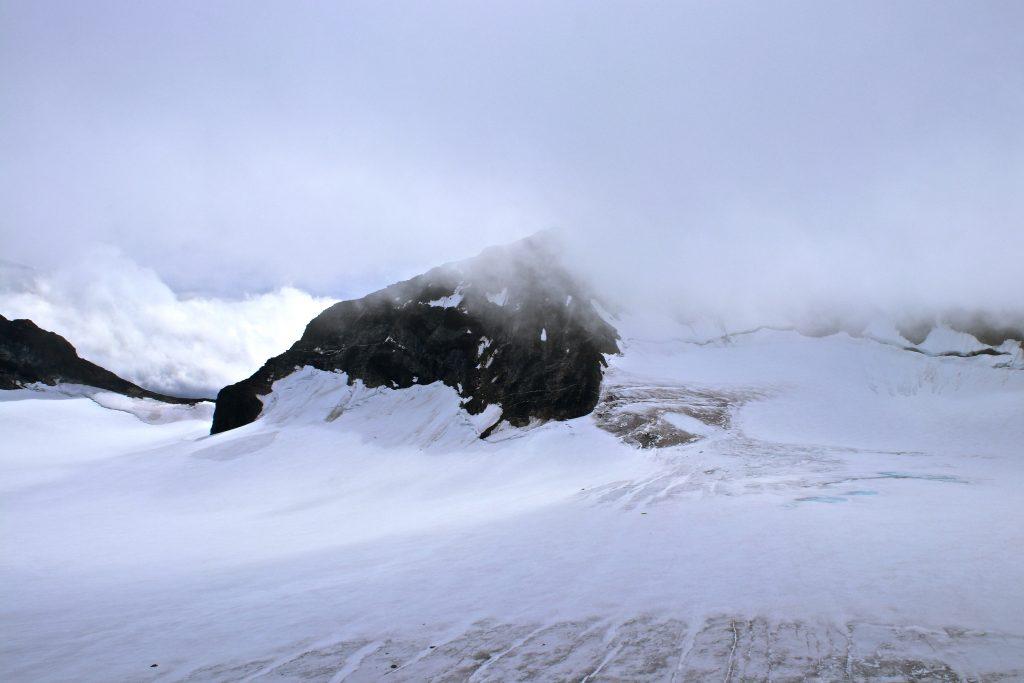 Fra Veobreatinden er det fint å ta turen videre opp langs ryggen til Store Memurutinden (2.365 moh).