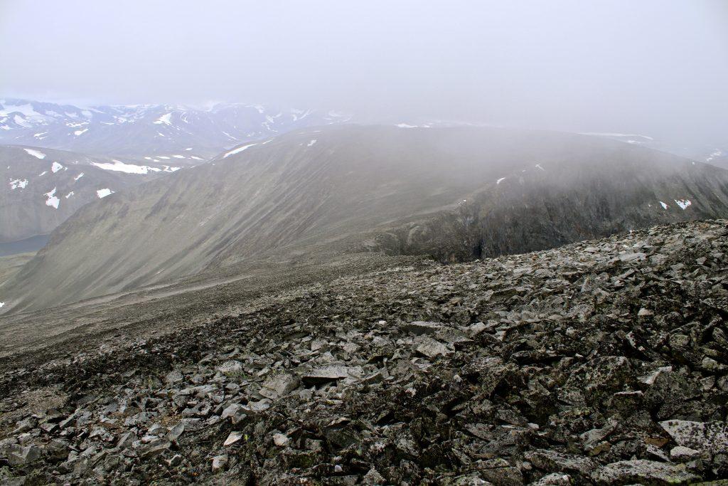 Nautgardsoksle (2.089 moh) fra ryggen opp mot Nautgardstinden (2.258 moh).