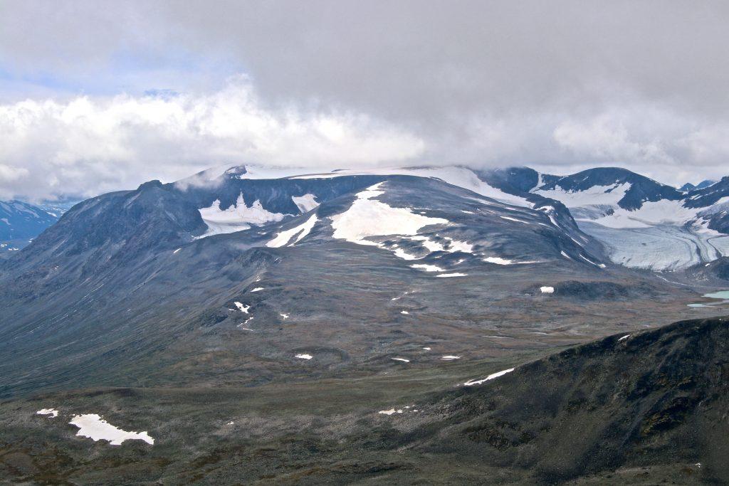 Surtningsuoksle (2.122 moh) sett fra nautgardstinden. Surtningssue gjemt i en sky like bak.