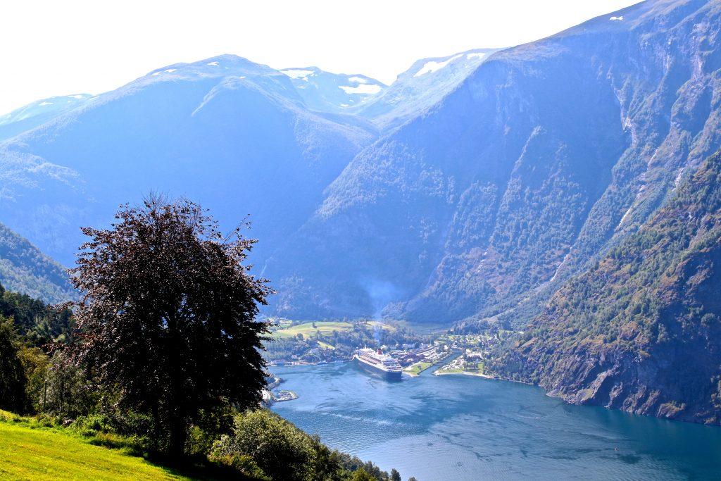 Fra Vikesland er det fin utsikt ned mot Flåm innerst i Aurlandsfjorden.