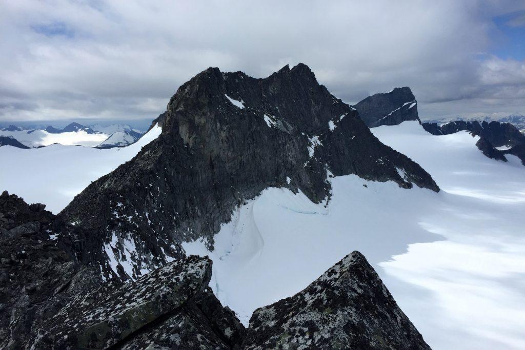 Storjuvtinden fra foten av sørvestryggen opp til Galdhøpiggen.