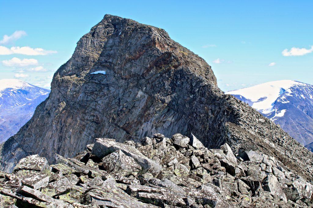 Midtre Tverråtinden sett fra ryggen mellom Midtre- og Store Tverråtinden.