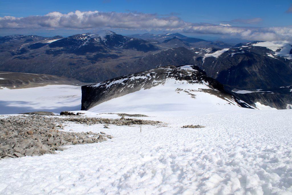 Den vanligste veien opp til  Galdhøpiggen er østryggen. Her med Keilhaus topp i midten av bildet.