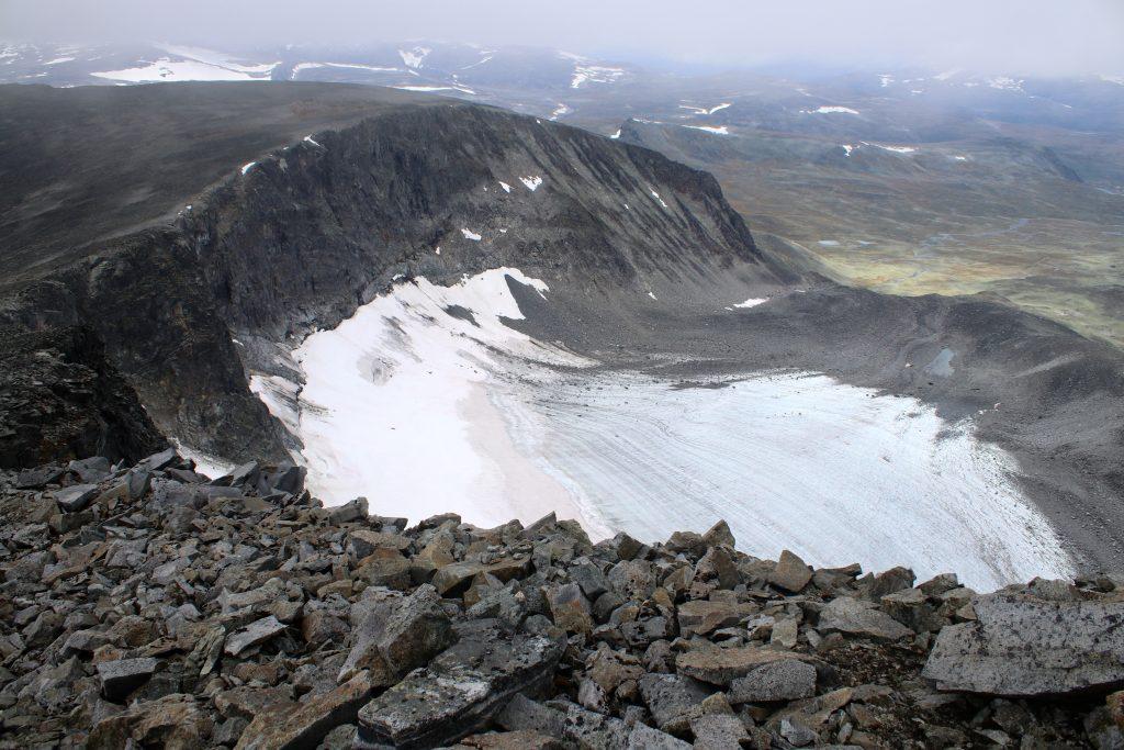 Nautgardsbreen strekker seg inn mot den stupbratte fjellsiden til Nautgardstinden.