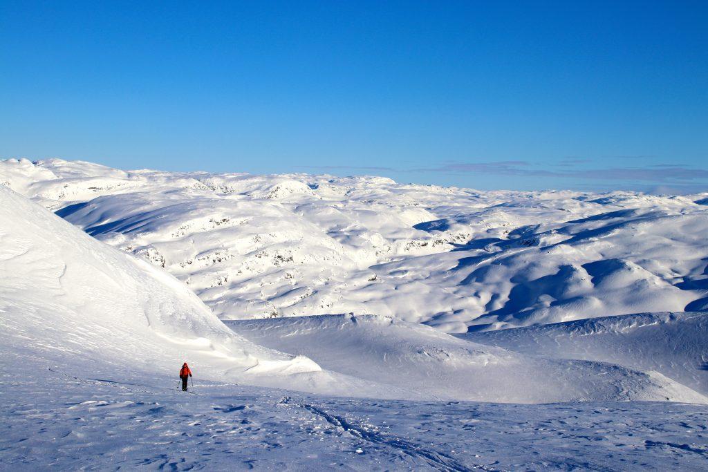 Oppstigning mot Vassfjøra med fjellene rundt Hallingskeid og Skarvheimen i bakgrunnen.