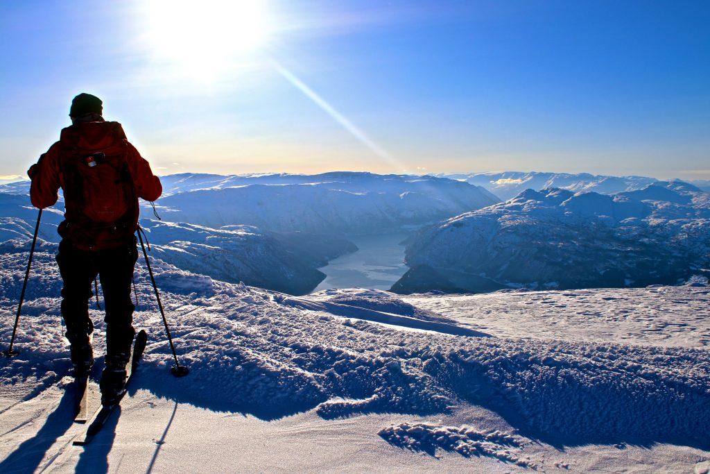 Utsikt fra Vassfjøra i Ulvik mot Osafjorden. Folgefonna bak til høyre i bildet.