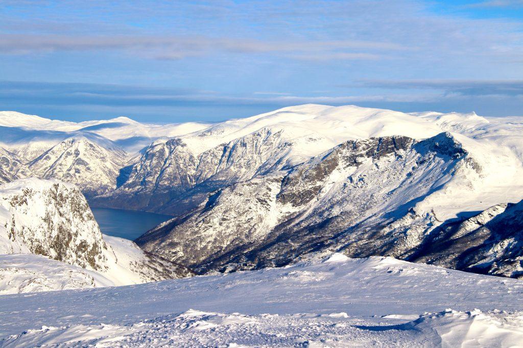 Topper rundt Flåmsdalen og Aurlandsfjorden hvorav Blåskavlen (1.809 moh) er selve dronningen.