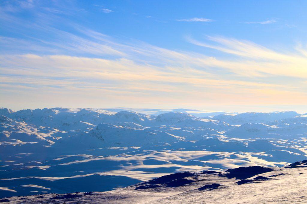 Utsikt mot Kyrkjedøri og Kyrkjedørsnuten med Hardangerjøkulen i bakgrunnen. Her sett fra toppen av Blåbergi.