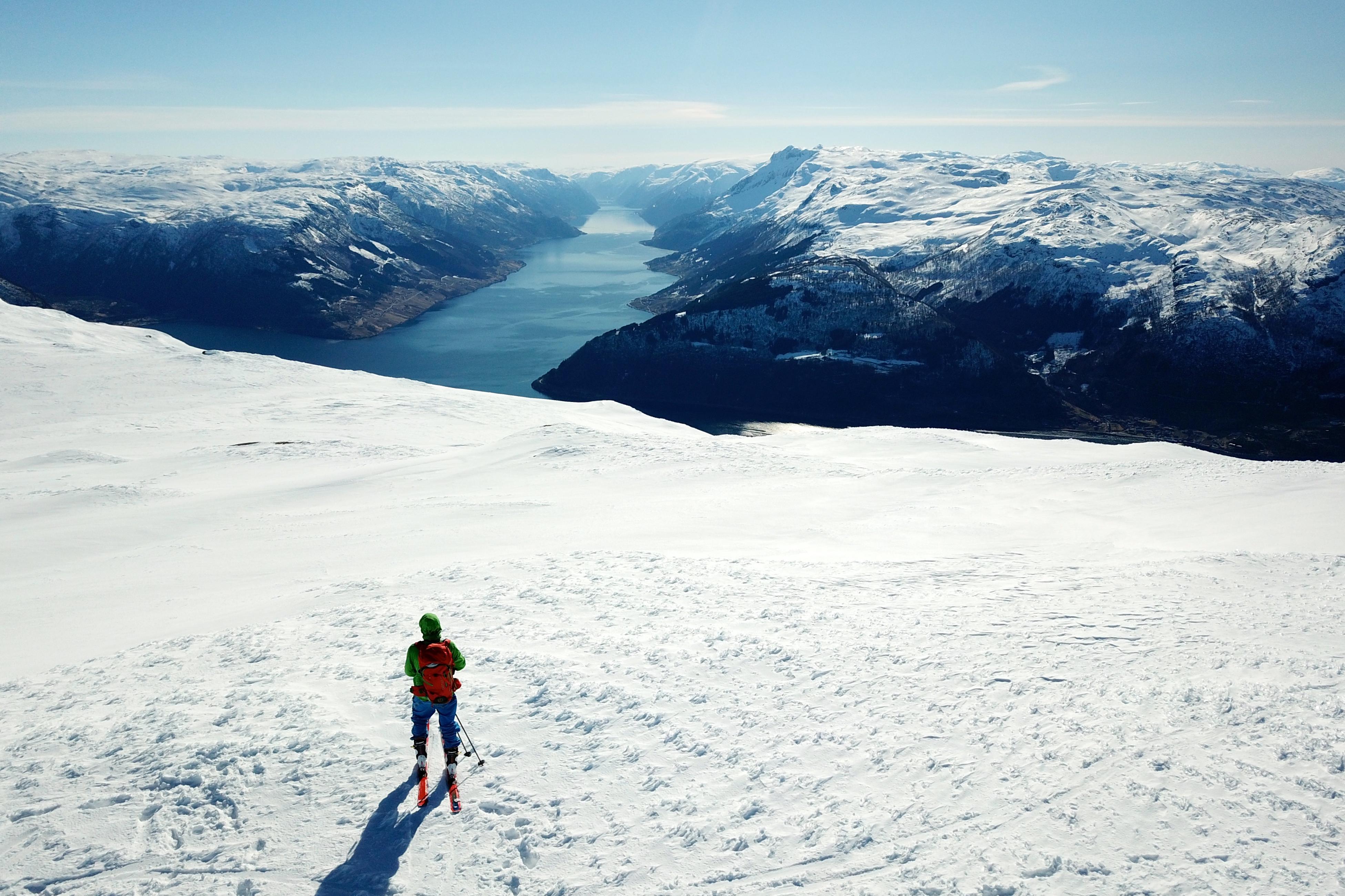 Fra toppen av Oksen er det flott utsikt inn i Sørfjorden.