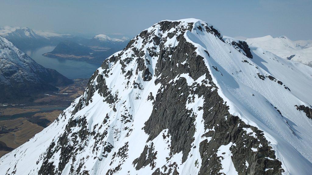 Romsdalseggen er en flott men utsatt ryggtravers vinterstid. Her er oppstigningen mot Mjølvafjellet.