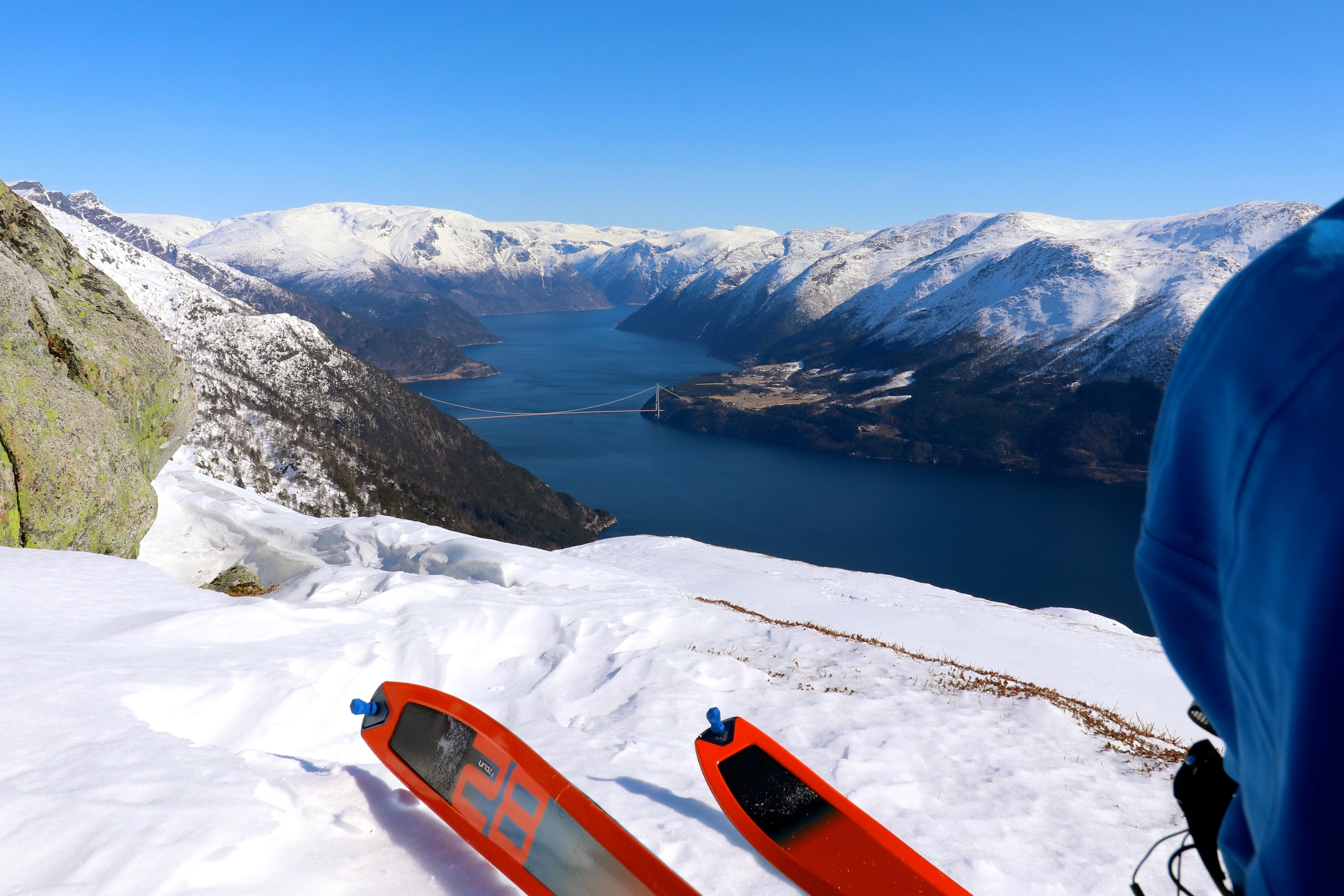 Nyter utsikten inn i Eidfjord mellom Ingebjørgfjellet og Oksen.