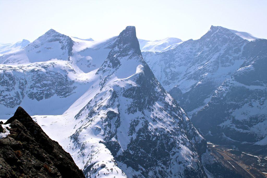Romsdalshornet (1.550 moh) er blant landets mest kjente klatretopper, her sett fra Blånebba.