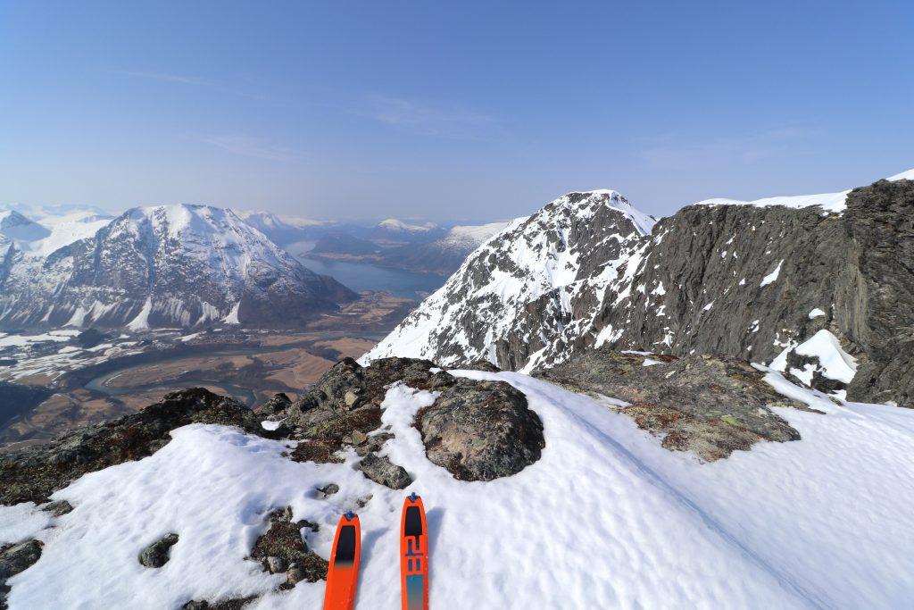 Det er mange flotte utsiktspunkt fra ryggen mellom Blånebba og Mjølvafjellet.