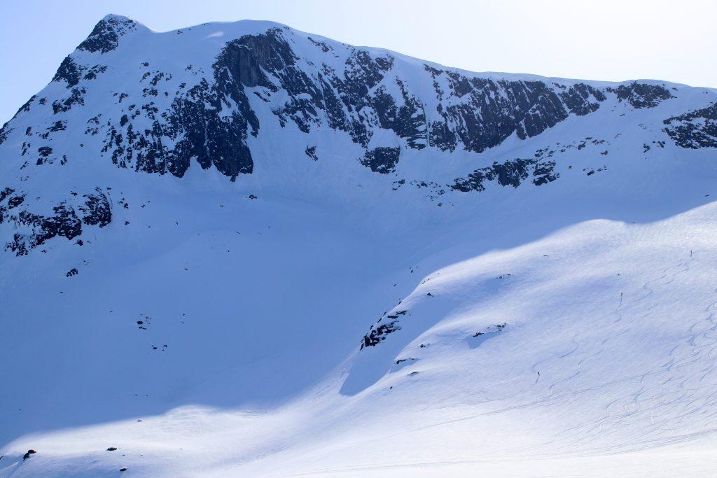 Skikjørere på vei ned fra Blånebba i Romsdalen.