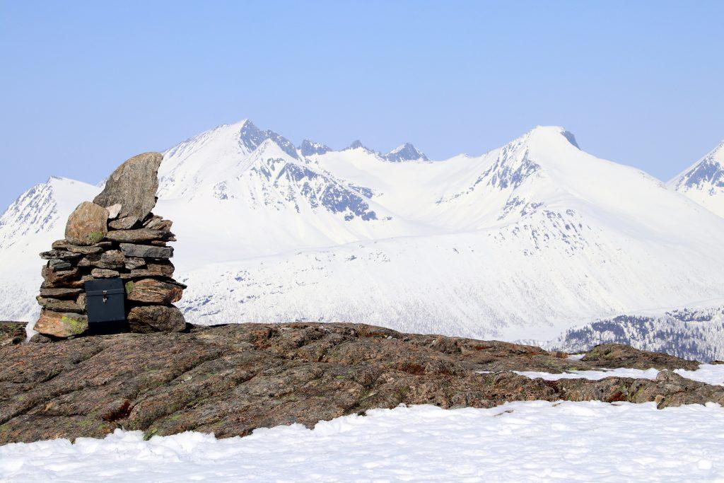 Storhesten (1.123 moh) med Hesteskotraversen og Kyrkjetaket (1.439 moh) i bakgrunnen.