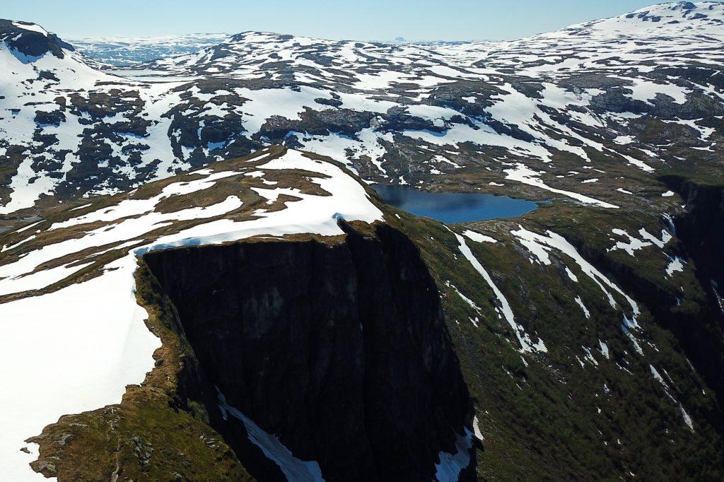 Det går bratte stup fra Hardangervidda ned mot Simadalen. Her er utsikten fenomenal.