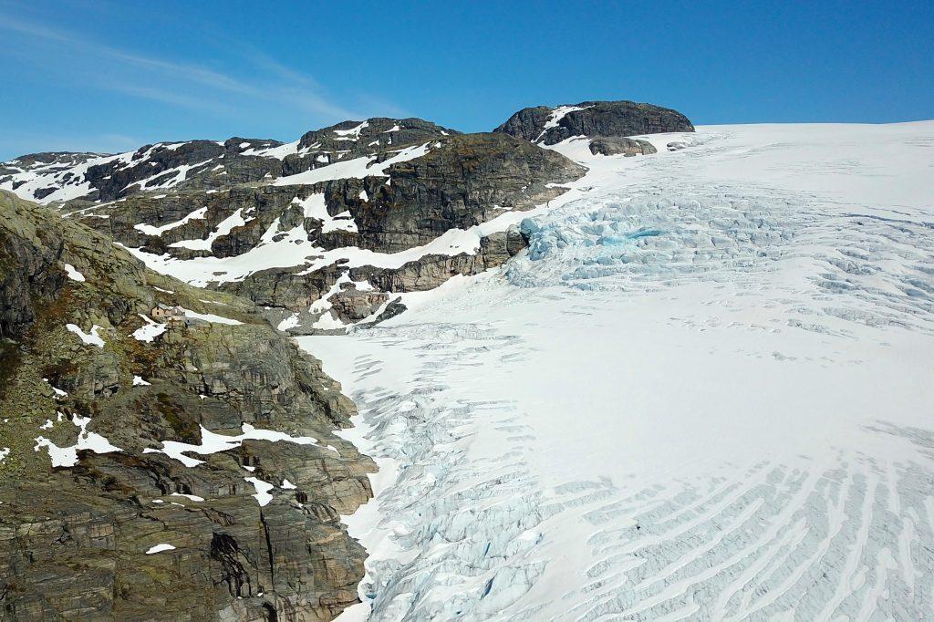 Demmevasshytta ligger spektakulært til på en fjellhylle over brearmen Rembesdalskåka.