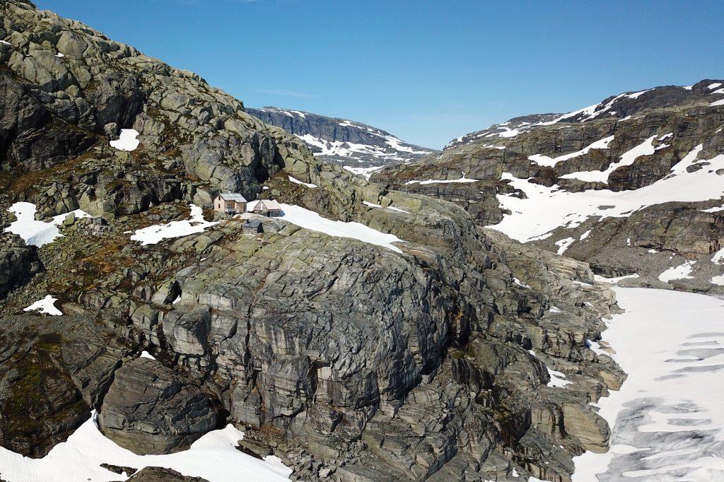 Demmevasshytta ligger på en fjellhylle over brearmen Rembesdalskåka.