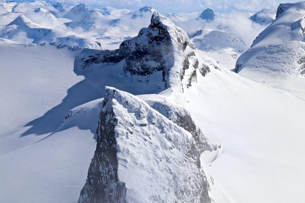 Fra toppen av Store Smørstabbtinden ser en ned mot Kniven og Sokse.