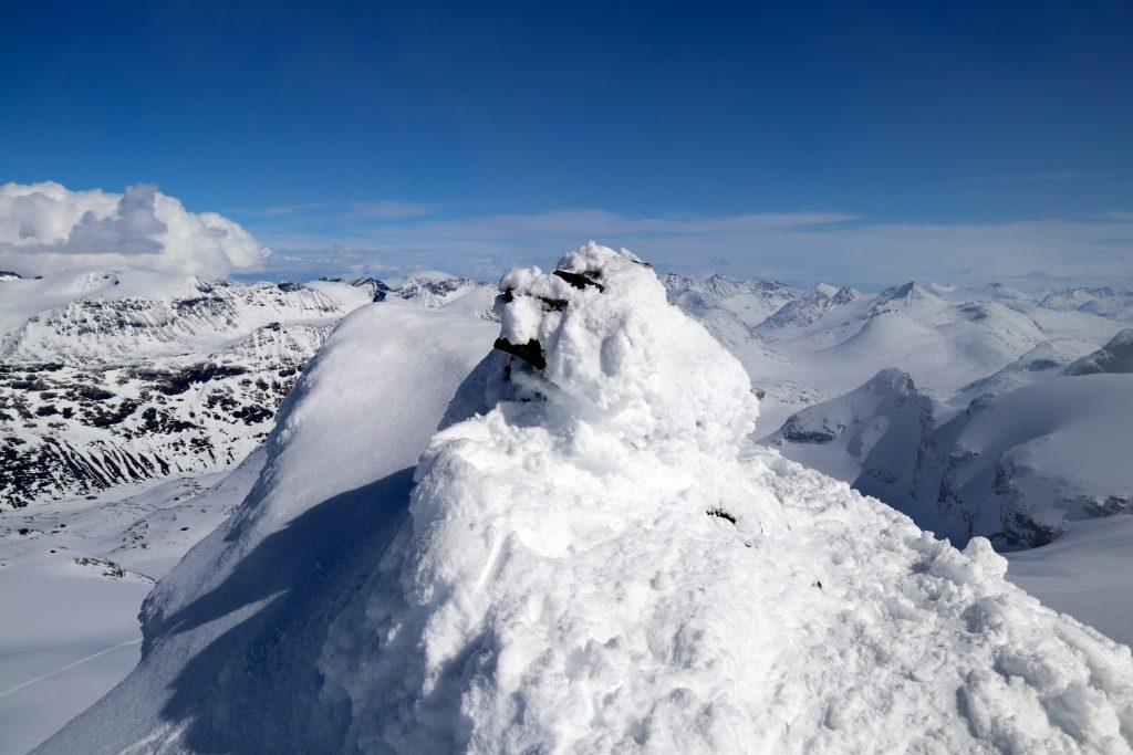 Toppvarden på Store Smørstabbtinden (2.208 moh).
