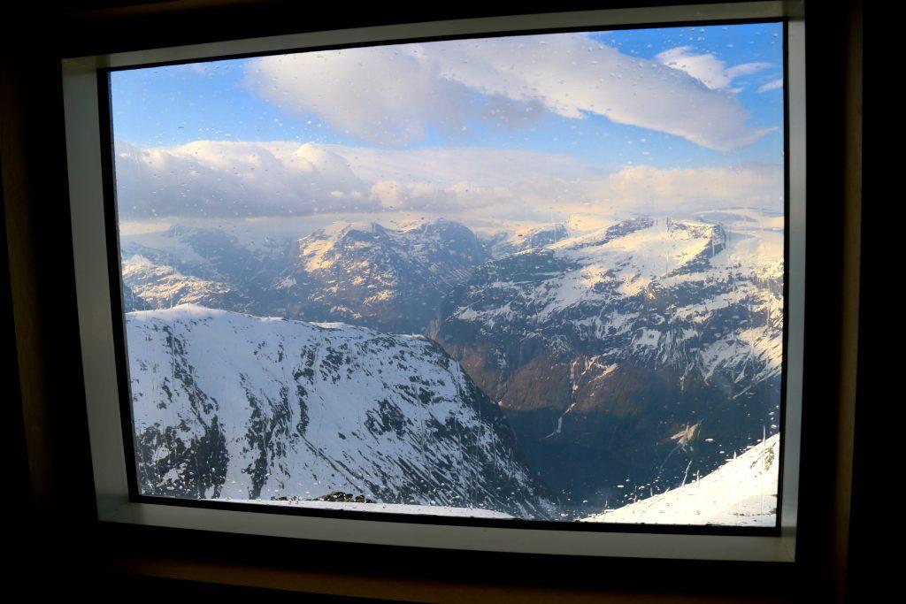Fra vinduene på Skålabu har vi utsikt til store deler av ruten Loen rundt.