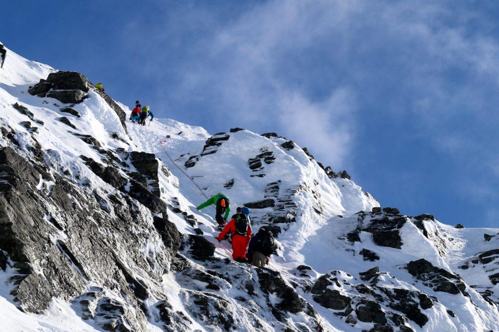 Oppstigningen til Lodalskåpa er bratt, så en øks og stegjern er gode hjelpemidler.