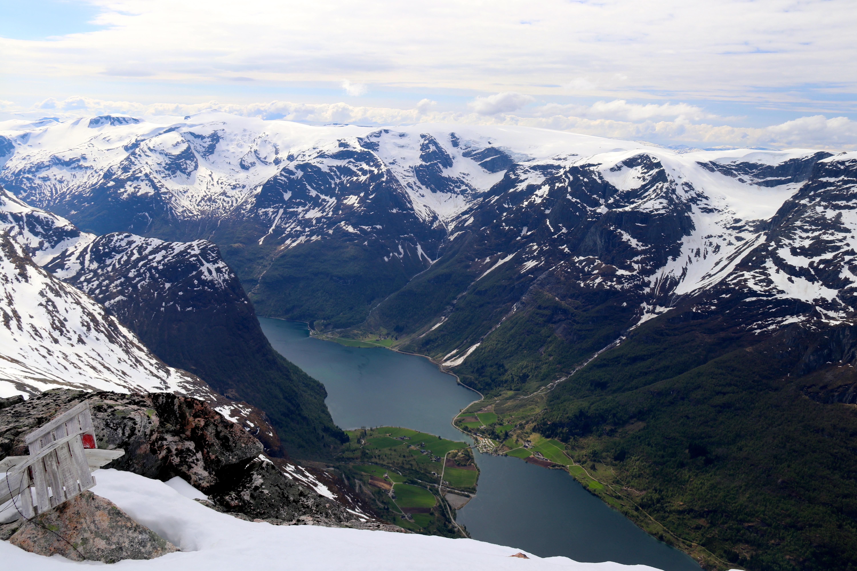 Fra Strandanibba (1.785 moh) er det flott utsikt ned mot Oldevatnet, Myklebustbreen og Snønipa (1.827 moh).