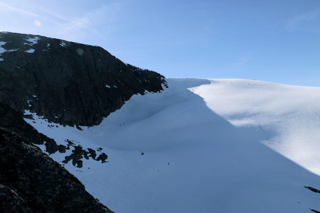 """Bratt skikjøring ned Meleinsnibba (1.706 moh) til """"Den Kinesiske Mur""""."""