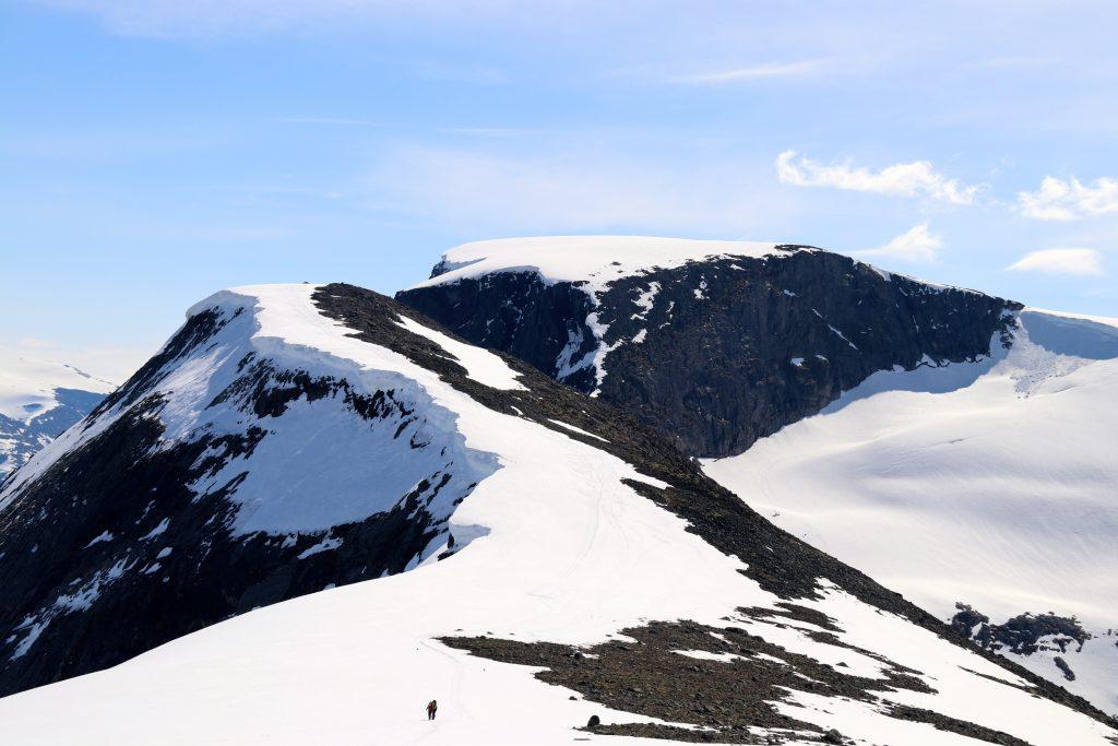 På ski over Skavteigfjellet .
