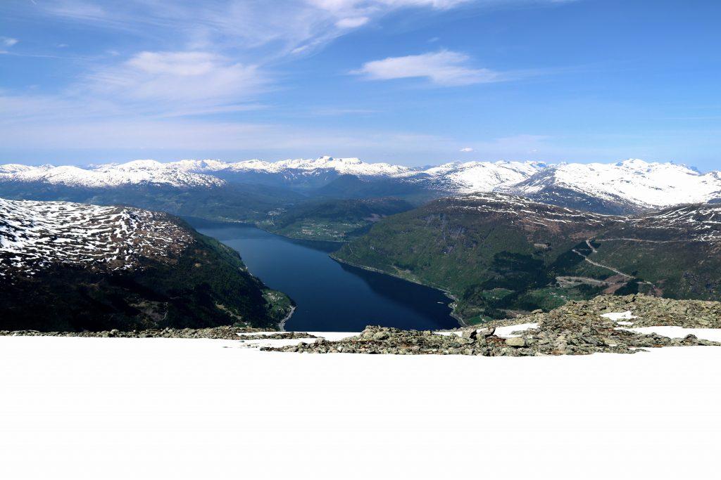 Plutselig dukker Norfjord opp. Nå gjenstår en lang nedkjøring mot Loen.