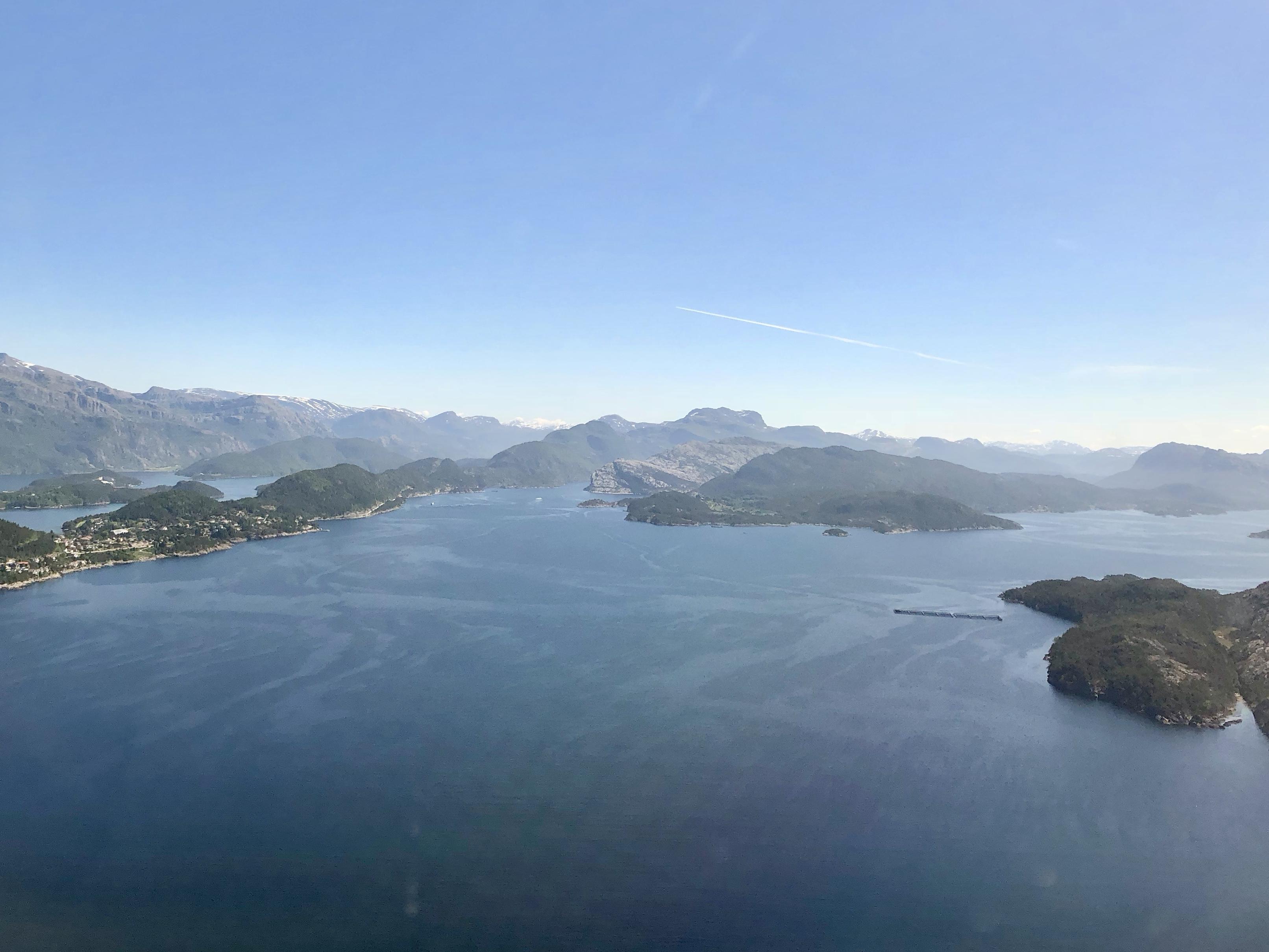 Blånipa midt i bildet sett fra luften over Florø.