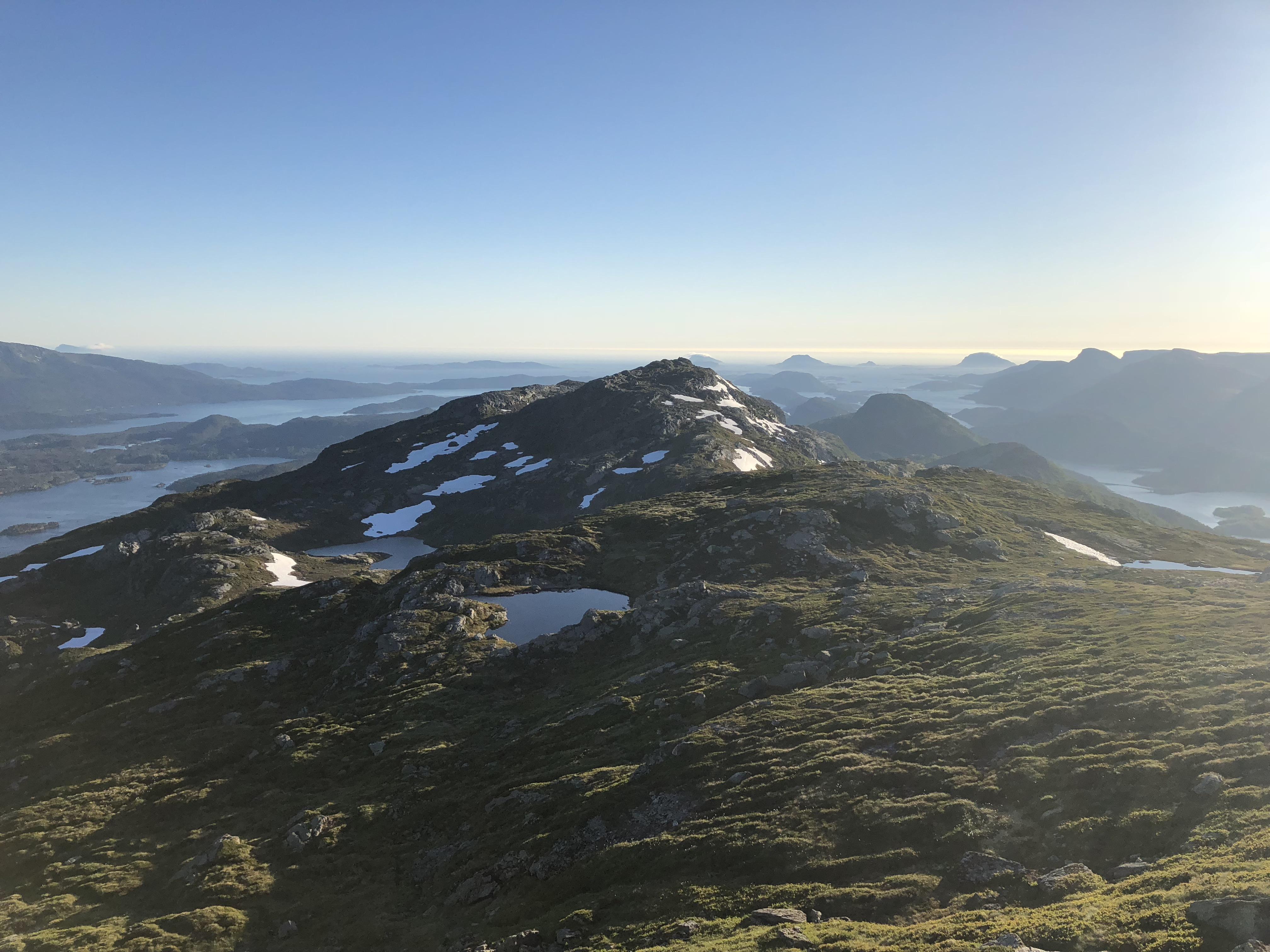 Fra Blånipa er det flott utsikt - særlig vestover mot Førde og Nordsjøen.