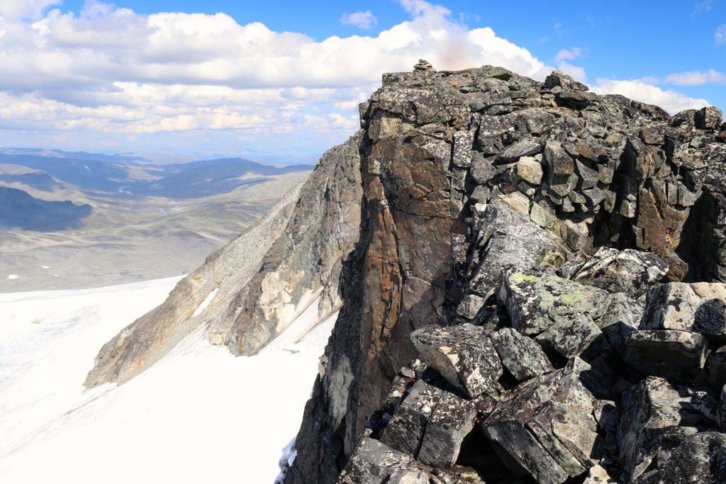 En luftig og smal passasje ut til toppen av Sørvestre Styggehøbreatinden (2.220 moh).