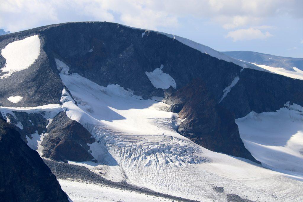 Veobreahesten med Leirhøe bak omgitt av Veobrean.