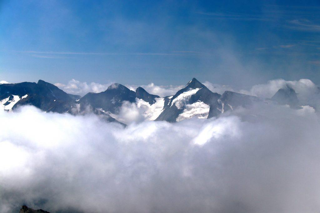 Knutsholstinden (2.341 moh) sett fra Surtningssue.