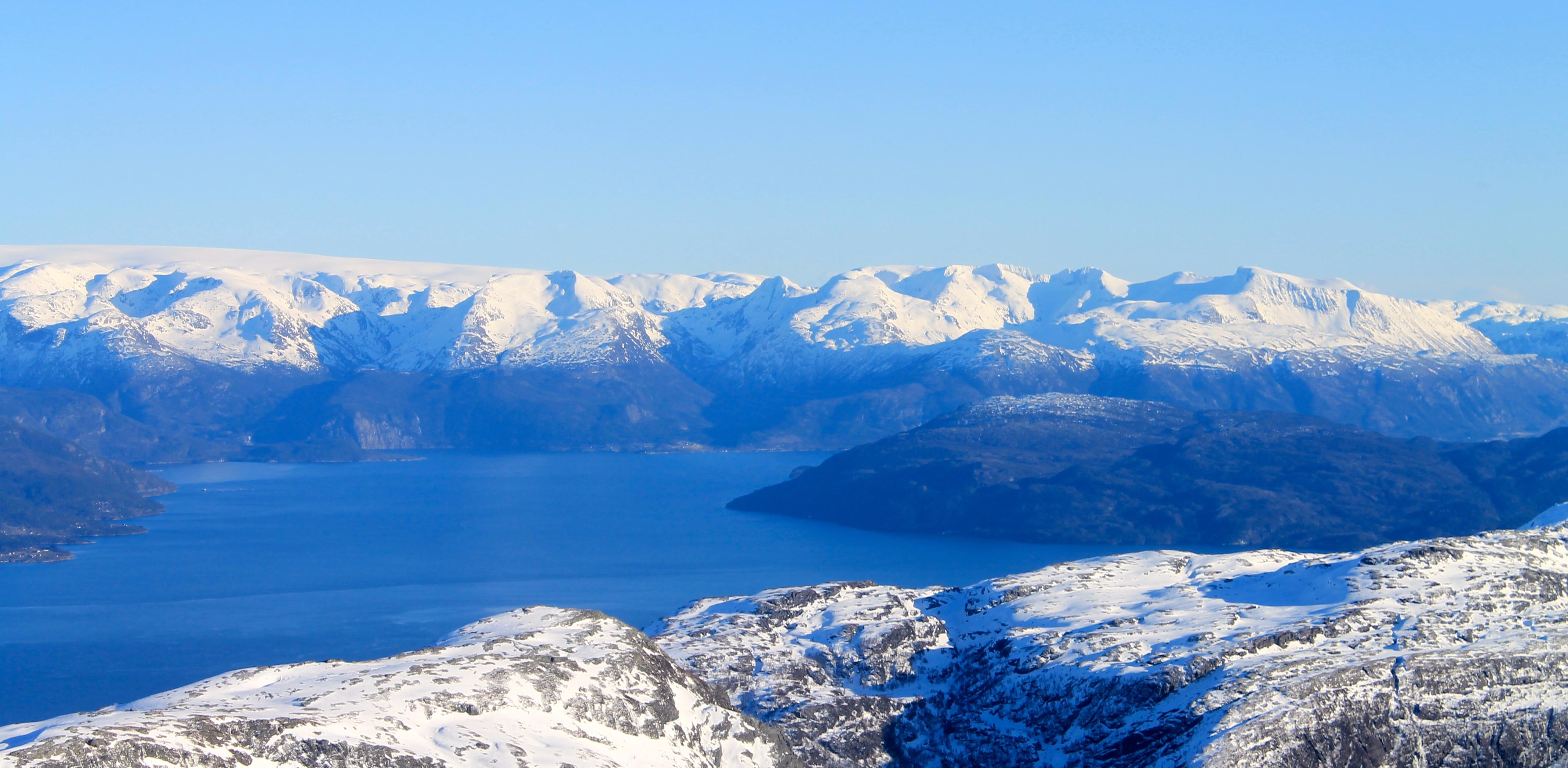 Utsikt mot Folgefonna, Gygrastolen, Bjørndalstindene og Melderskin.
