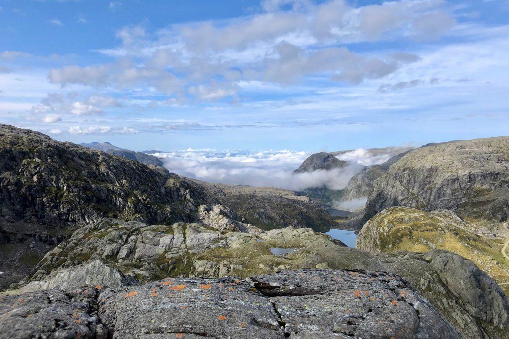 Skodden ligger tett over Maurangsfjorden.