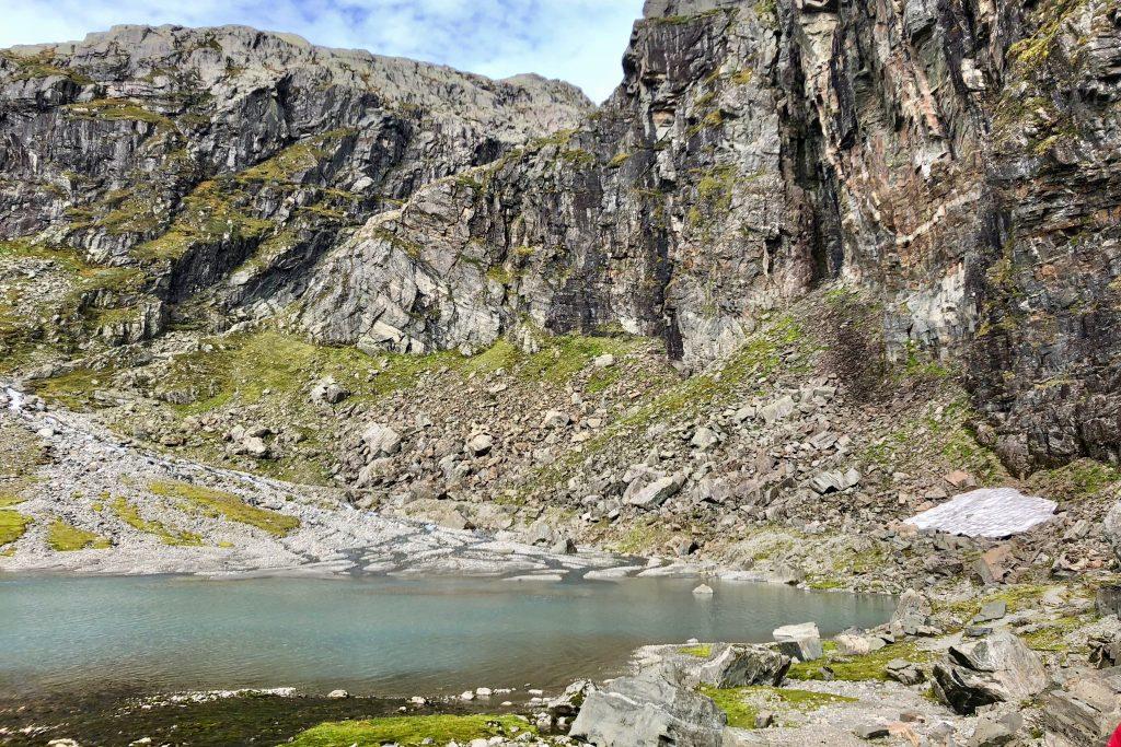 En passerer idylliske Botnatjørna på vei opp mot Botnabreen.