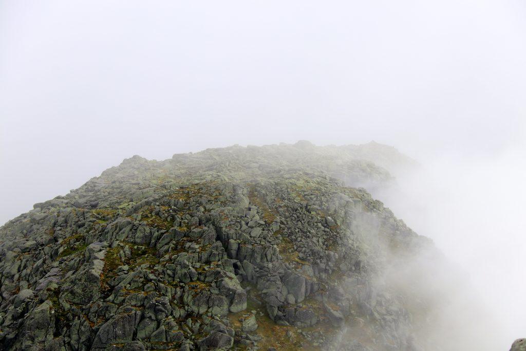 Tett skodde langs ryggen mellom Andersfjellet og Bjørndalstindane.