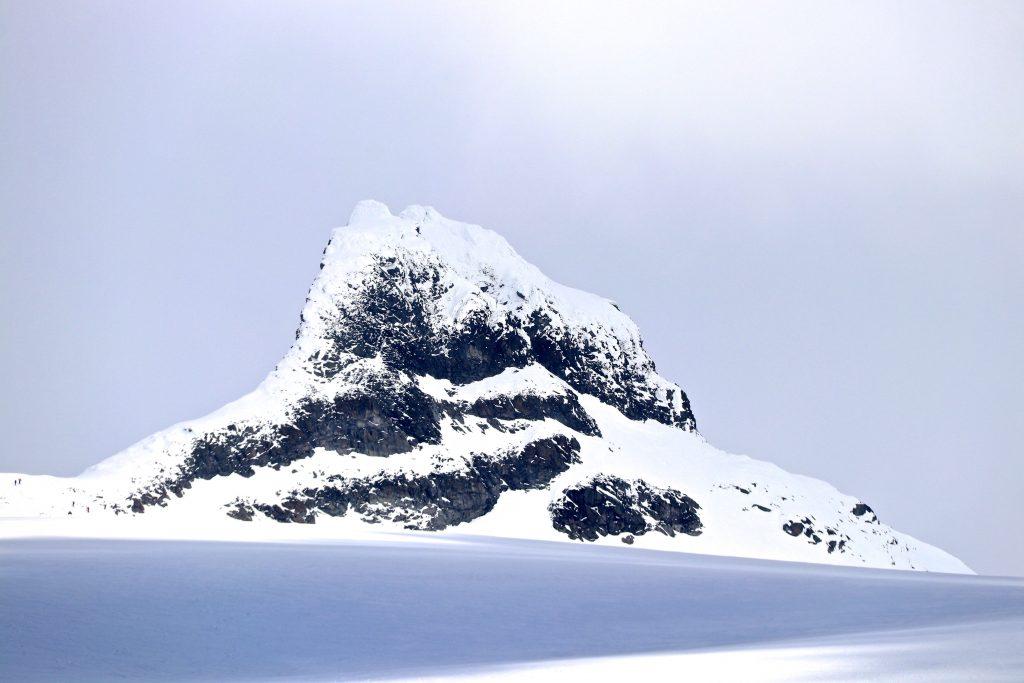 Sokse (2.189 moh) er en av toppene blant tinderekken som utgjør Smørstabbtindane.