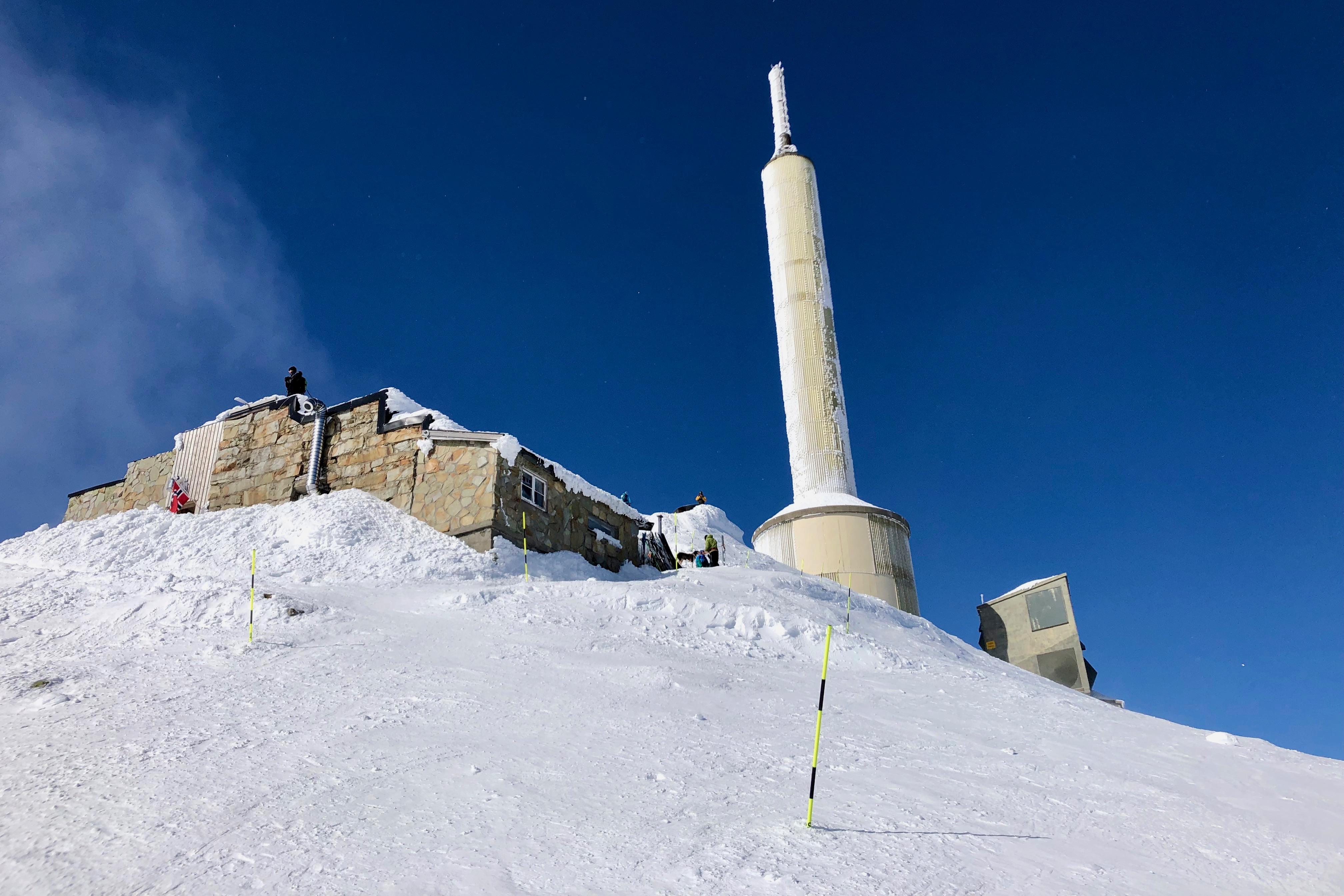 Den betjente hytten Gaustatoppen turisthytte ligger like ved toppen av Gaustatoppen.