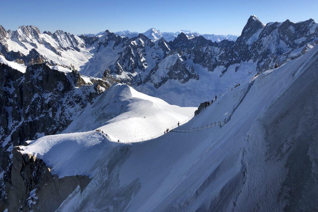 Østryggen til Aiguille du Midi er tilrettelagt for enkel tilgang til Vallée Blanche.