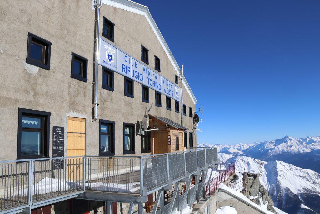 Turisthytten Rifugio Torino (3.371 moh) har en utmerket utsikt over de Sveitsiske og Italienske alpene.