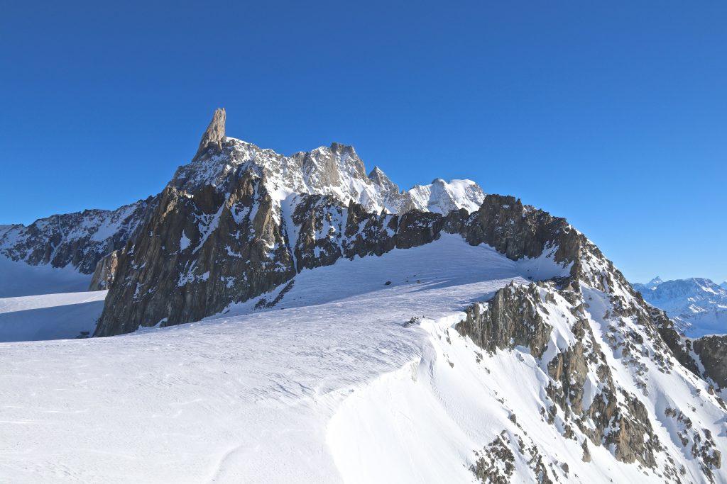 Ryggtraversen Aguilles Marbrées (3.535 moh) sett fra Rifugio Torino med Dent du Géant (4.013 moh) bak til venstre.