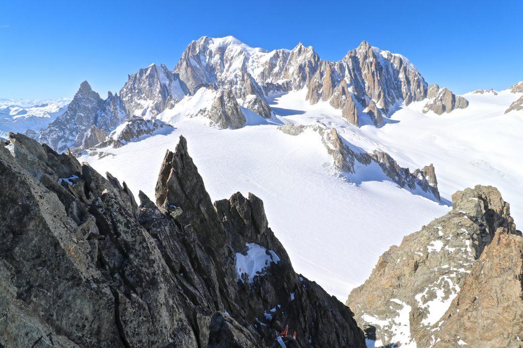 Utsikt mot toppen av Mont Blanc (4.808 moh) fra Aiguilles Marbrées (3.535 moh).