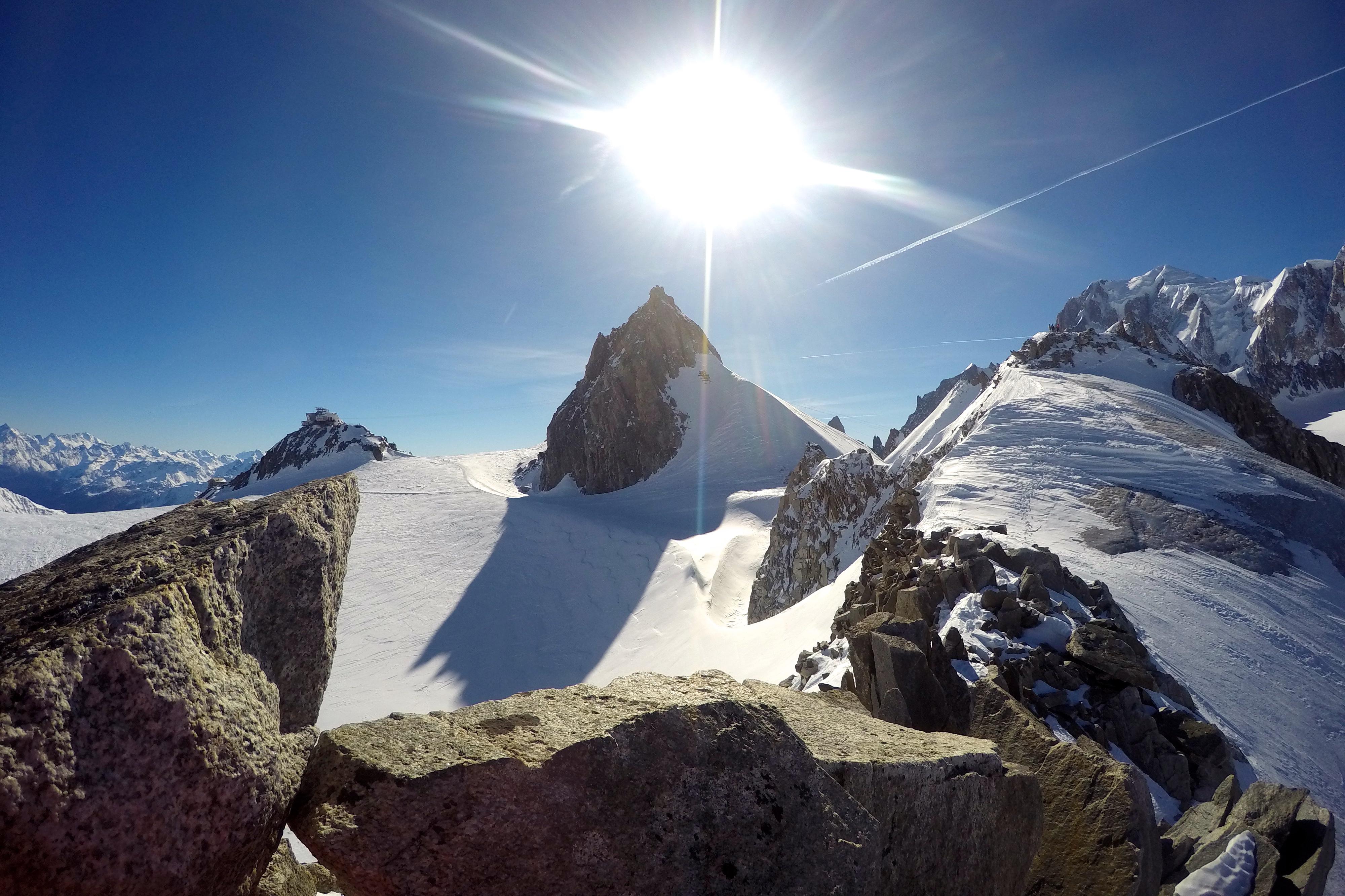 Nordøstryggen opp til Petit Flambeau (3.440 moh). Skylifts øvre stasjon på Pointe Helbronner og Grand Flambeau (3.559 moh) bak.