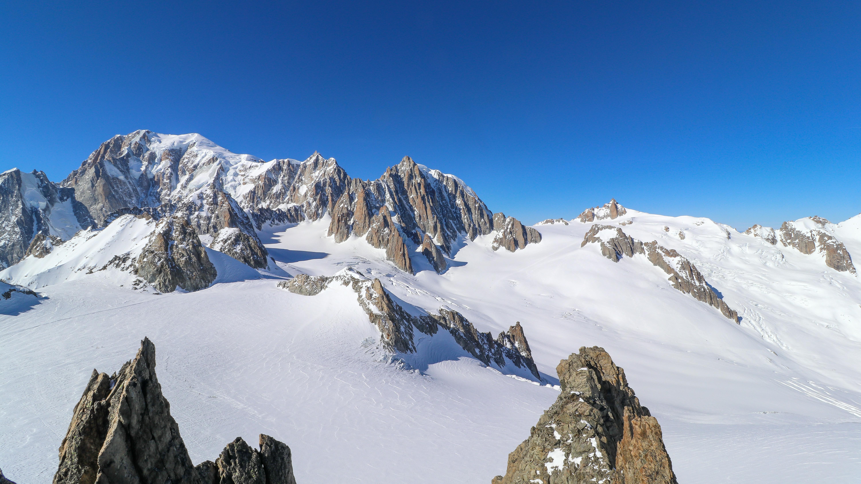 Glacier du Géant og Petit Flambeau (midt i bildet) med Mont Blanc bak til venstre.