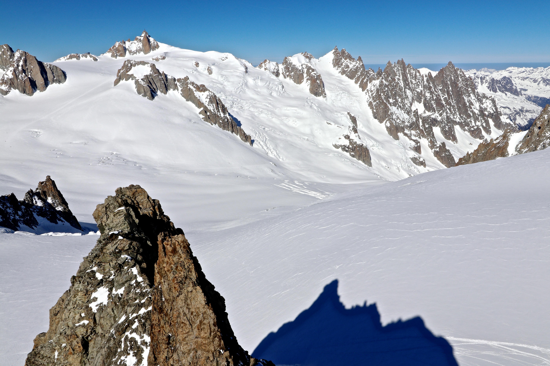 Utsikt fra toppen av Aiguilles Marbrées (3.535 moh) mot Aiguille du Midi (3.842 moh) og Midi-Plan Traverse mot Aiguille du Plan. Fin utsikt ned mot Vallée Blanche.