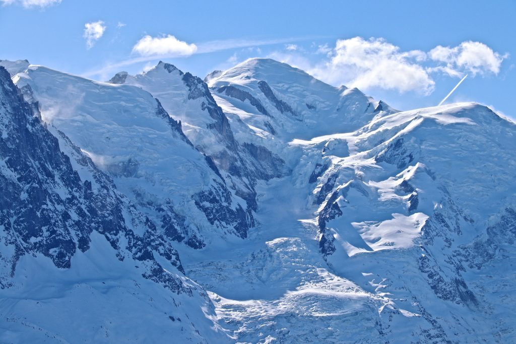 Glacier des Bossons og Mont Blanc (4.808 moh) sett fra Le Brevent (2.525 moh).